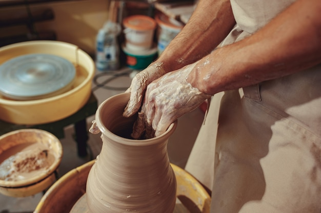 Tworzenie słoika lub wazonu z białej gliny z bliska.
