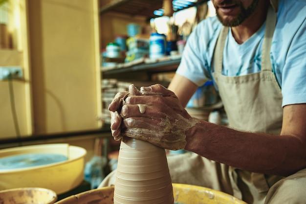Tworzenie słoika lub wazy z białej glinki z bliska. master crock.