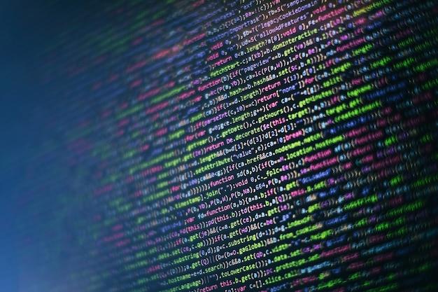 Tworzenie stron internetowych. analiza logów serwera. zbliżenie na rozwój technologii programowania i kodowania. programista pracujący nad kodami stron internetowych w biurze.