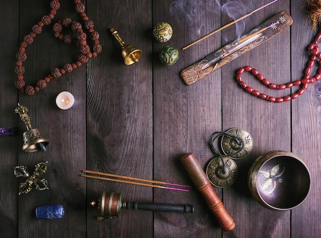 Tybetańska miska do śpiewania i inne religijne instrumenty rytualne