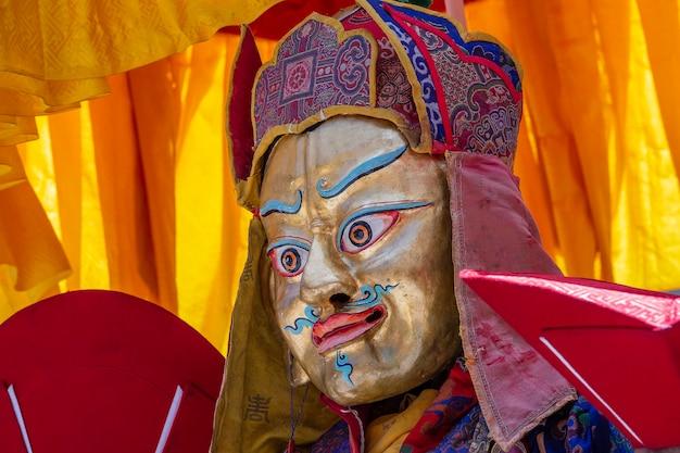 Tybetański Mężczyzna Ubrany W Mistyczną Maskę Wykonuje Taniec Podczas Buddyjskiego Festiwalu W Klasztorze Hemis, Ladakh, Indie Premium Zdjęcia