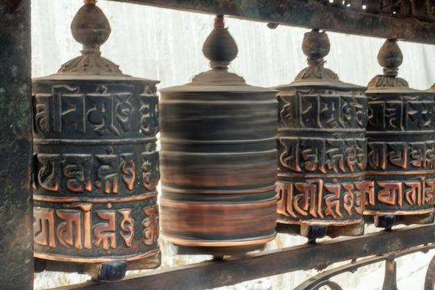 Tybetańskie bębny drewniane z modlitwami. pojęcie turystyki i religii. himalaje nepalu.