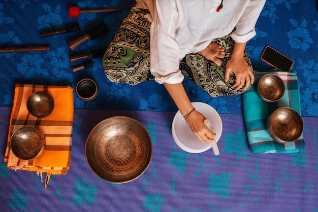 Tybetańskie misy do śpiewania na lekcji medytacji