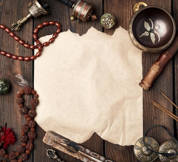 Tybetańskie przedmioty religijne do medytacji i medycyny alternatywnej, pusta brązowa kartka papieru