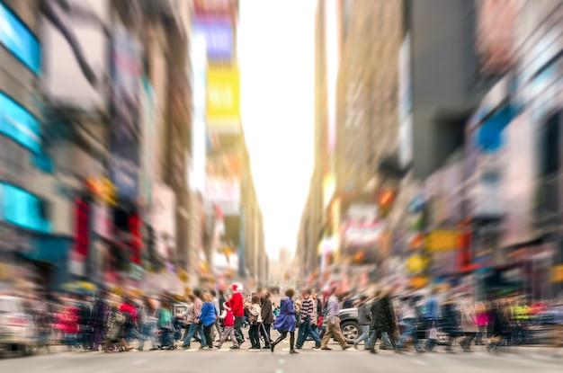 Tygiel ludzi chodzących na przejściu dla pieszych i korku na 7th avenue na manhattanie przed zachodem słońca - zatłoczone ulice nowego jorku w godzinach szczytu w miejskim obszarze biznesowym