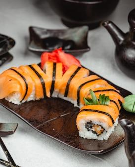 Tygrysie sushi z imbirem i wasabi