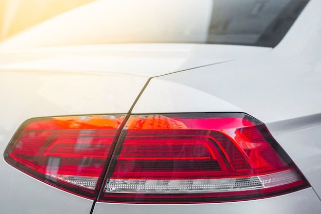 Tył białego samochodu z nowoczesnym światłem tylnym