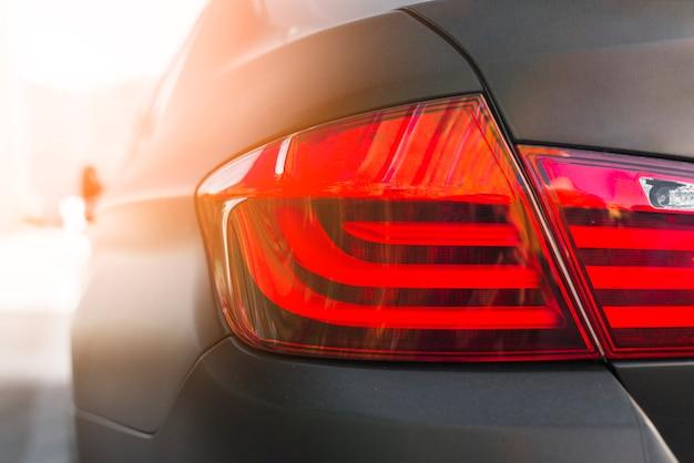 Tył ciemnego samochodu z nowoczesnym światłem tylnym