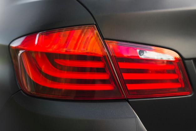 Tył czarnego samochodu z nowoczesnym światłem tylnym