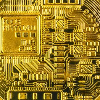 Tył fizycznego zdjęcia makro kryptowaluty bitcoin, widok zbliżenia