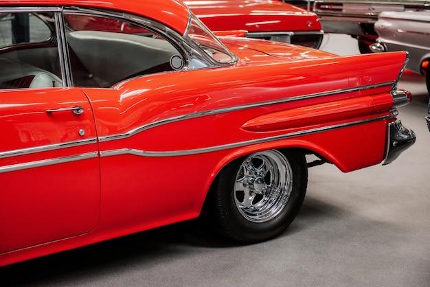 Tył wspaniałego czerwonego pojazdu zaparkowanego w pomieszczeniu ar car show
