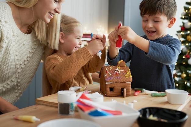 Tyle radości przy dekorowaniu domku z piernika