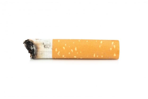 Tyłek papierosa na białym tle