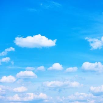 Tylko błękitne niebo z białymi chmurami może być używane jako tło. przycinanie kwadratowe