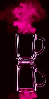 Tylko szklanka na czarnej ścianie z odbiciem. kolor czerwony, z parą. odosobniony.