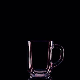 Tylko szklanka na czarnym tle z odbiciem. odosobniony.