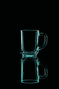 Tylko szklanka na czarnym tle z odbiciem. zielone kolory. odosobniony.