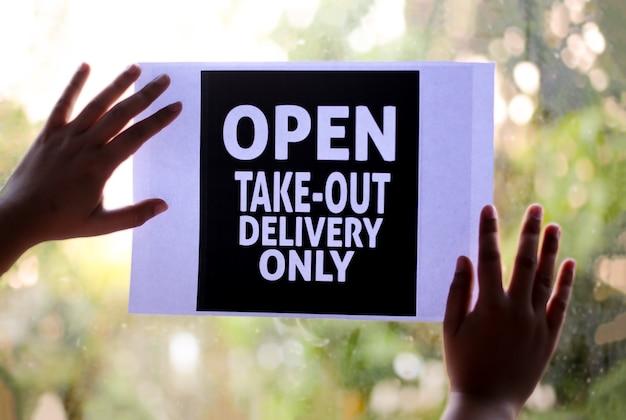 Tylko wynosić! prosimy o przestrzeganie dystansu społecznego podczas zamawiania znaku w oknie podczas covid-19.
