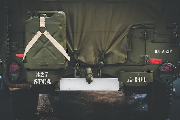Tylna część ciężarówki wojskowej
