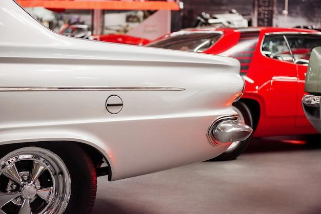 Tylna część zabytkowego białego samochodu