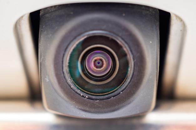 Tylna kamera samochodowa z bliska w celu ułatwienia parkowania