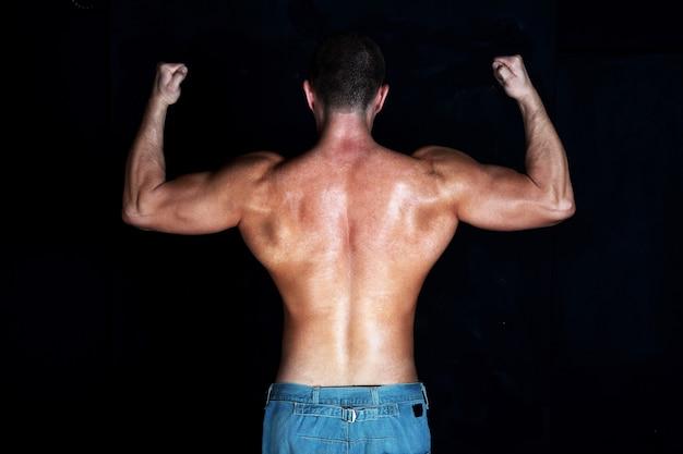 Tylna poza muskularnego mężczyzny