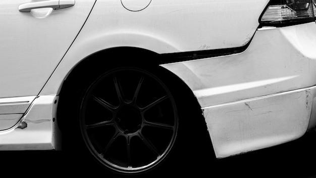 Tylna strona białego samochodu zostaje przypadkowo uszkodzona.