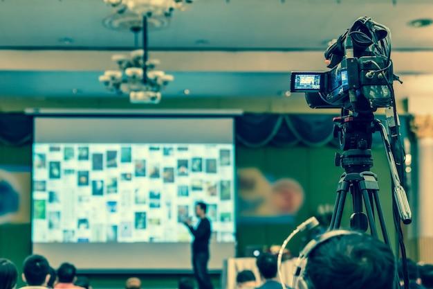 Tylna strona kamerzysty biorąc zdjęcie do azji głośnik z przypadkowym garniturze na ul