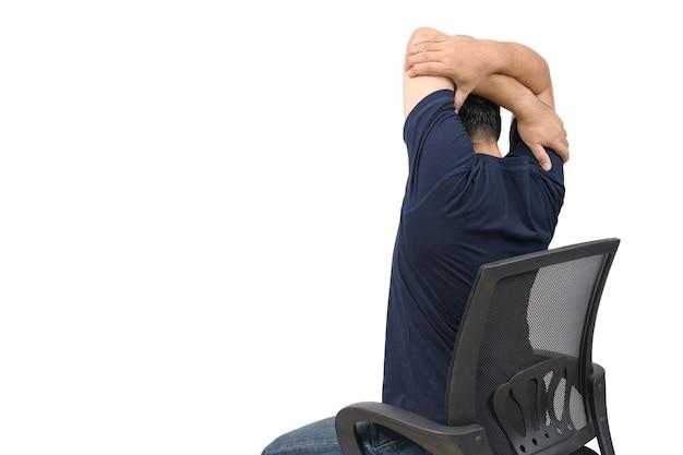 Tylna strona mężczyzny wyciąga ramię, aby rozluźnić mięśnie barku