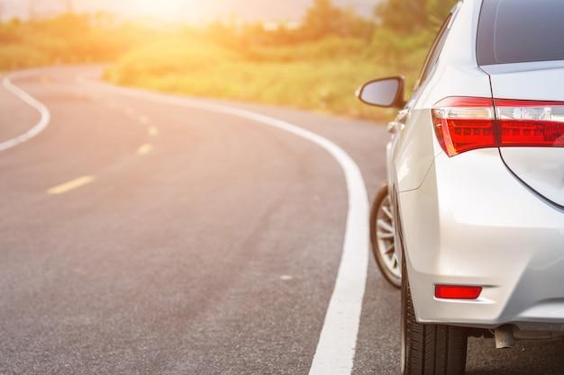 Tylna strona nowy srebny samochodowy parking na asfaltowej drodze