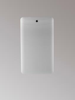 Tylna strona tabletu na jasnym tle, na białym tle
