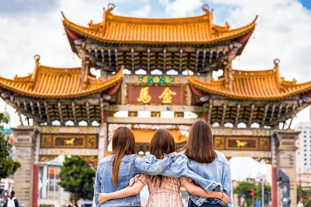 Tylna strona trzech azjatyckich kobiet szczęścia chodzących i zwiedzających razem podczas podróży