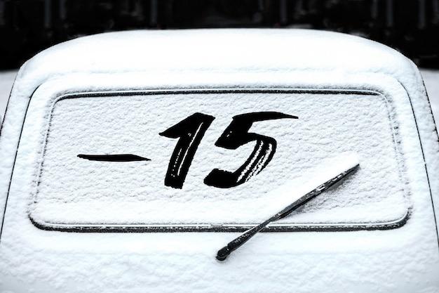 Tylna szyba samochodowa z wycieraczką w śniegu