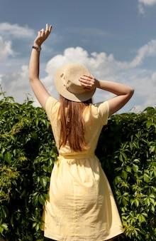 Tylna widok dziewczyna pozuje outdoors