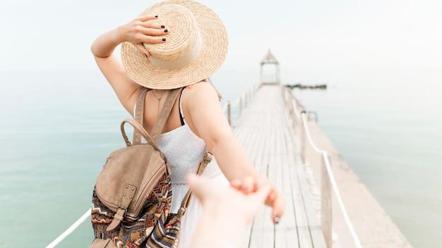 Tylna widok kobieta pozuje outdoors
