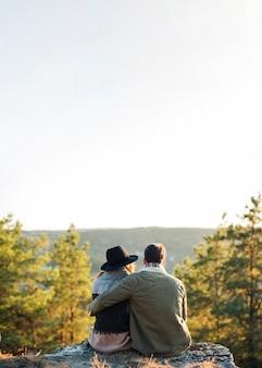 Tylna widok para cieszy się naturę