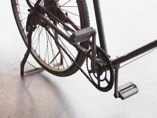 Tylne koło starego parkingu rowerowego