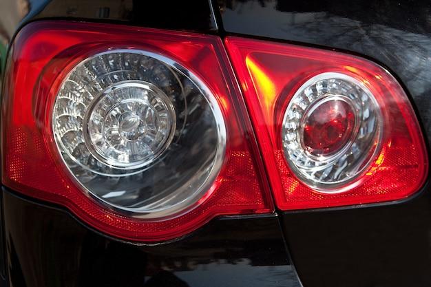 Tylne latarnie samochodu