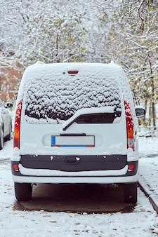 Tylne okno białego samochodu zaparkowanego na ulicy w zimowy dzień, widok z tyłu. makieta do naklejek lub kalkomanii