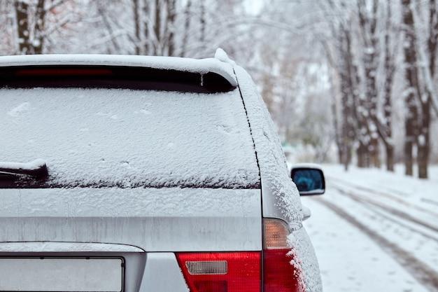 Tylne okno szarego samochodu zaparkowanego na ulicy w zimowy dzień, widok z tyłu. makieta do naklejek lub kalkomanii