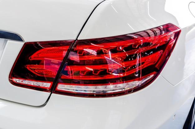 Tylne światła białego luksusowego samochodu