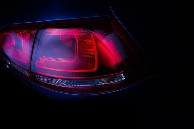 Tylne światła samochodu. opracowane nowoczesne tylne światło stopu samochodu. zbliżenie.