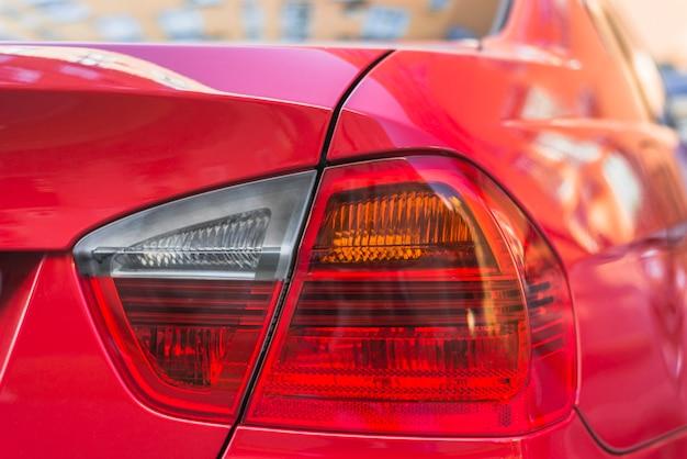 Tylne światło na nowym czerwonym samochodzie