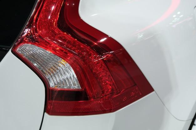 Tylne światło nowoczesnego samochodu hatchback