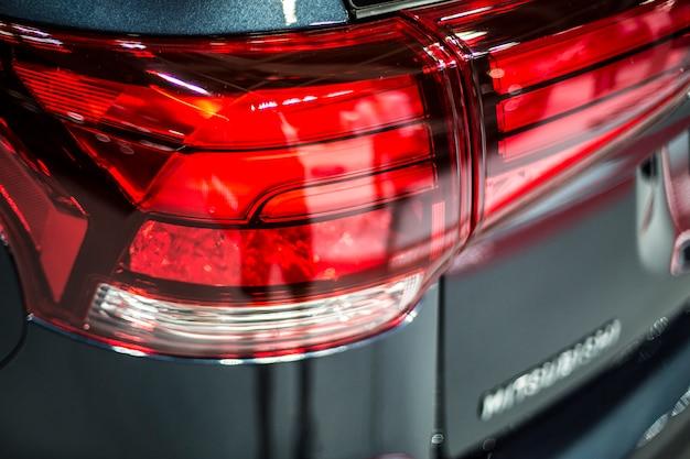 Tylne światło stop dużego samochodu suv