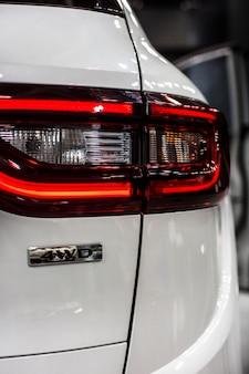 Tylne światło stop samochodu z emblematem 4wd