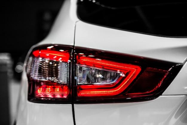 Tylne światło stopu białego nowoczesnego samochodu