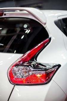 Tylne światło stopu nowoczesnego białego samochodu