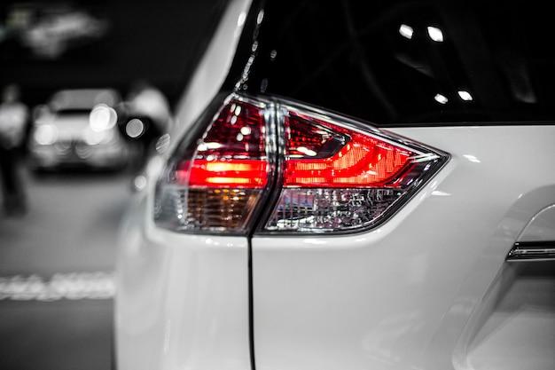 Tylne światło stopu nowoczesnego samochodu crossover