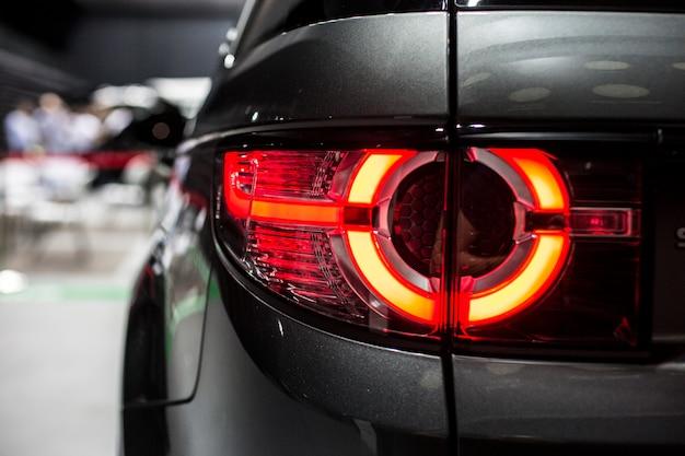 Tylne światło stopu nowoczesnego samochodu z diodą led